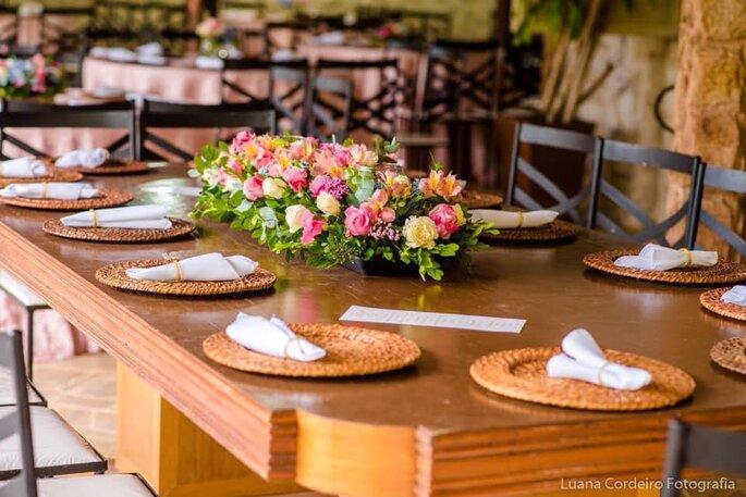Mesa montada para jantar