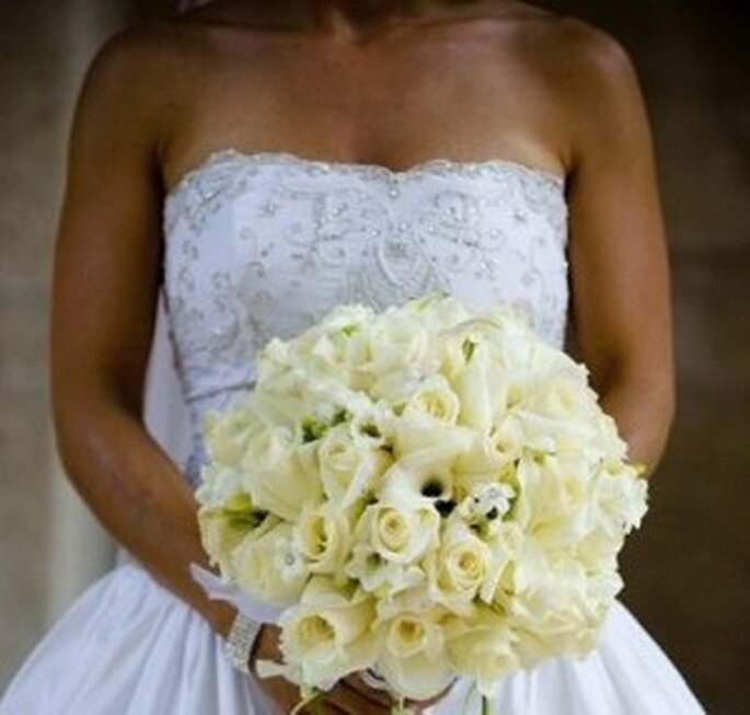 http://magazine.zankyou.com/it/wp-content/uploads/2010/05/bouquet-bianco-mariangela-300x286.jpg