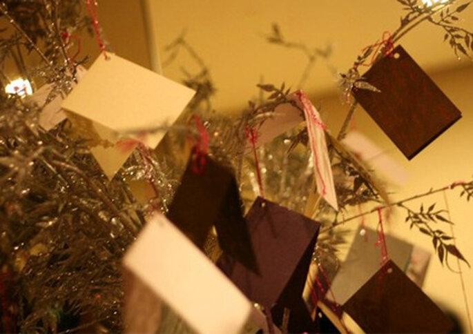 Un árbol con mensajes puede ser un bonito recuerdo de tu matrimonio.