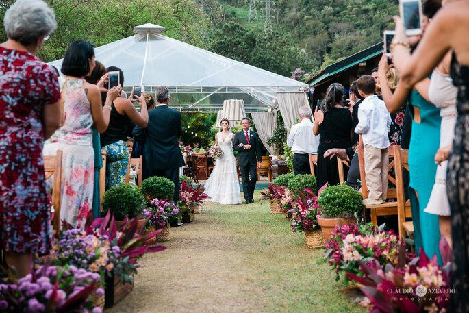 Pai conduza filha até o altar em casamento boho chic