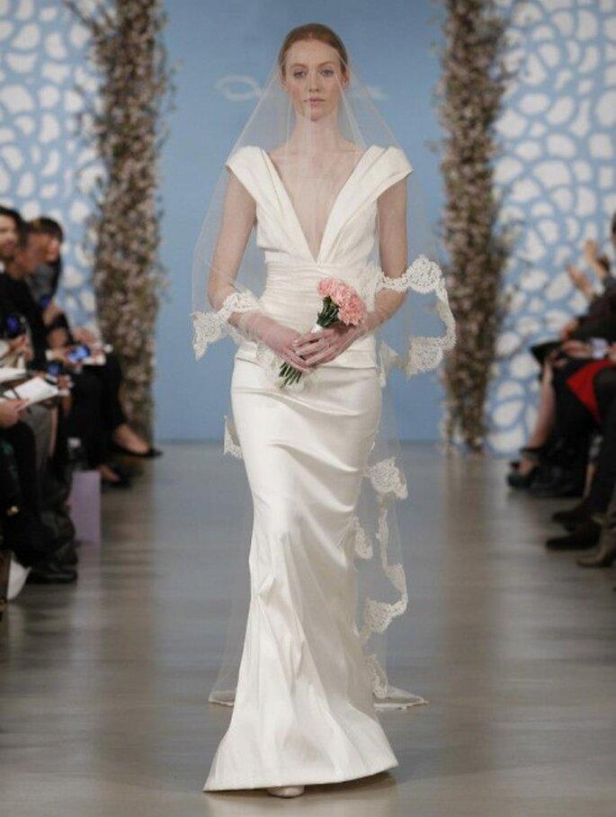 Vestido de novia largo confeccionado en satén con escote profundo en V, manga corta y velo largo - Foto Oscar de la Renta