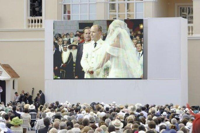 Los invitados que no pudieron entrar en el palacio siguieron la boda por pantallas