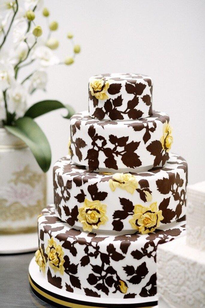 Pastel de boda café, redondo a 4 niveles, adornado con detalles florales en color amarillo