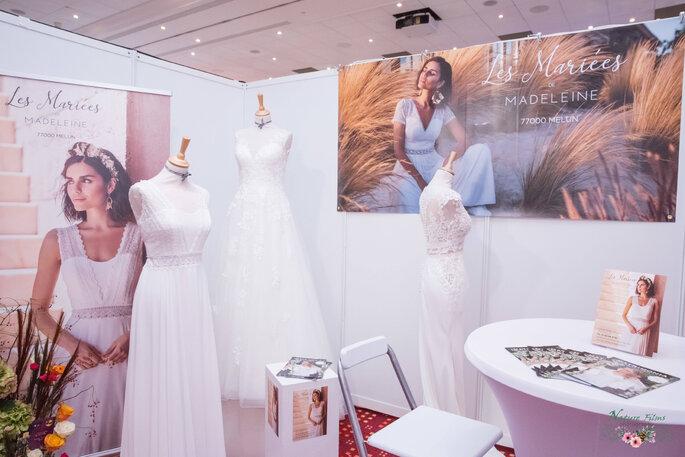Trois mannequins présentant trois robes de mariée blanches