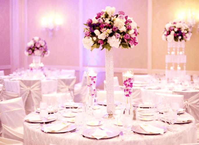 Weiße Stuhlhussen verwandeln jeden Raum in einen Festsaal – Foto: Jen Lynne