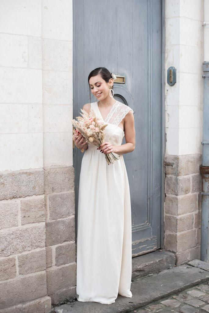 Une mariée debout