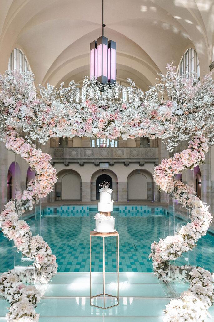 Pool Love Inspirationsshooting im Oderberger Stadtbad Torte