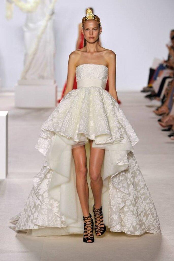 """Vestido elegante estilo """"mullet"""" en color blanco para una novia - Foto Giambattista Valli"""