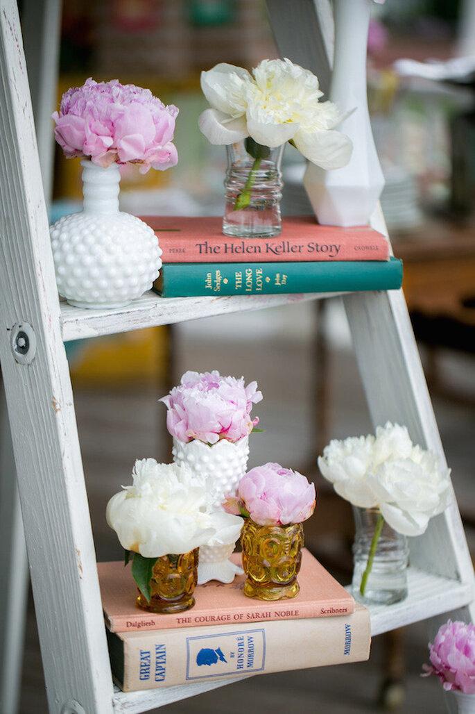 Jarrones y jarras en los más lindos rincones de tu boda - Foto Emily Weis Photography