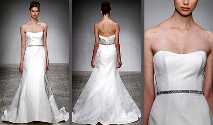 Vestido de novia liso con un cinturon delgado con brillantes - Foto: Amsale Bridal