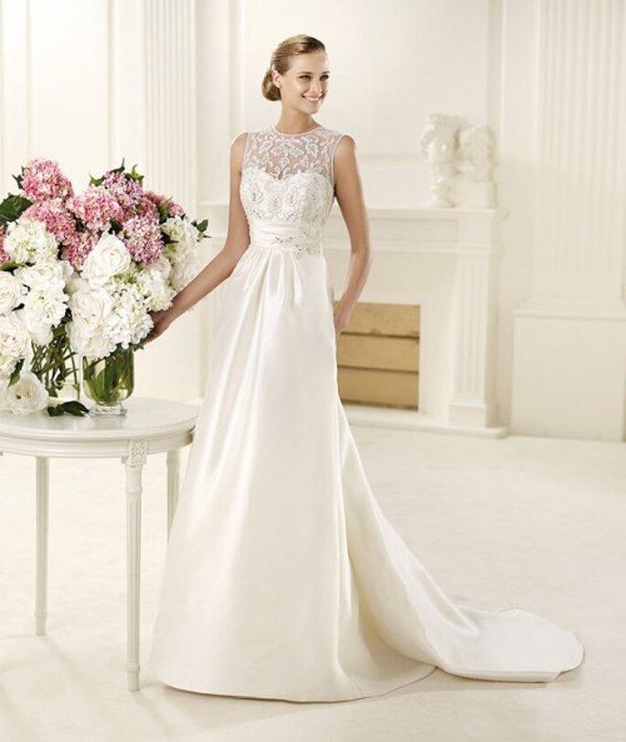 Vestido de novia liso y lleno de encaje - Foto Pronovias 2013