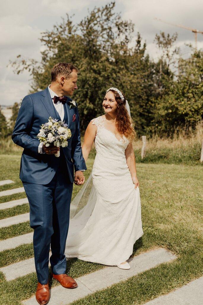Brautpaar. Hochzeitsfoto des Brautpaares wie sie Hand in Hand laufen