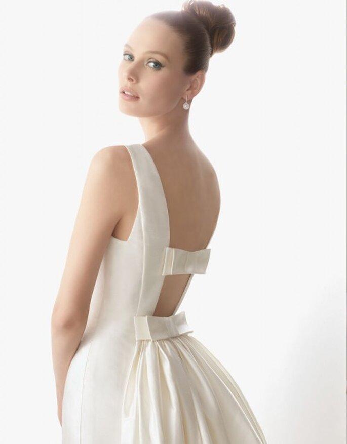 Vestido con cola de shantung de seda en color marfil. Rosa Clará