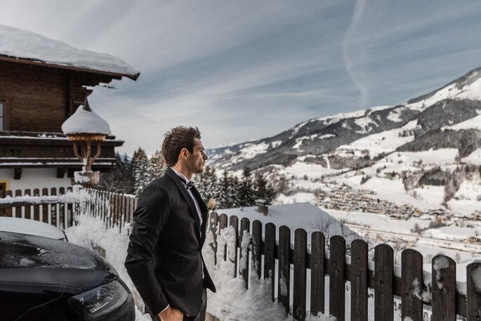 Getting Ready. Bräutigam in seinem Anzug draußen vor Schneekulisse