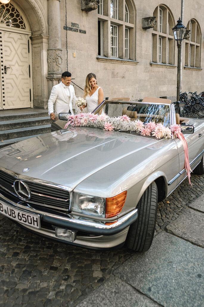 Pool Love Inspirationsshooting im Oderberger Stadtbad Hochzeitsauto