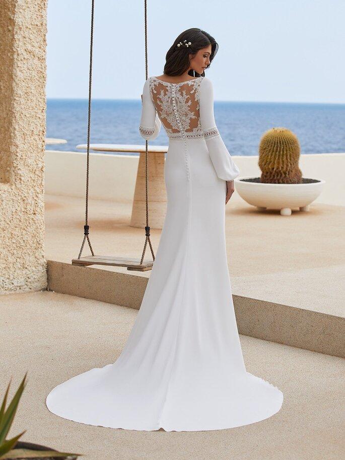 Robe de mariée avec un col bateau et un dos nu