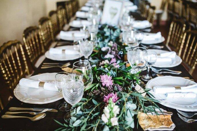 mesa casamento retangular rústica arranjo floral central corrido