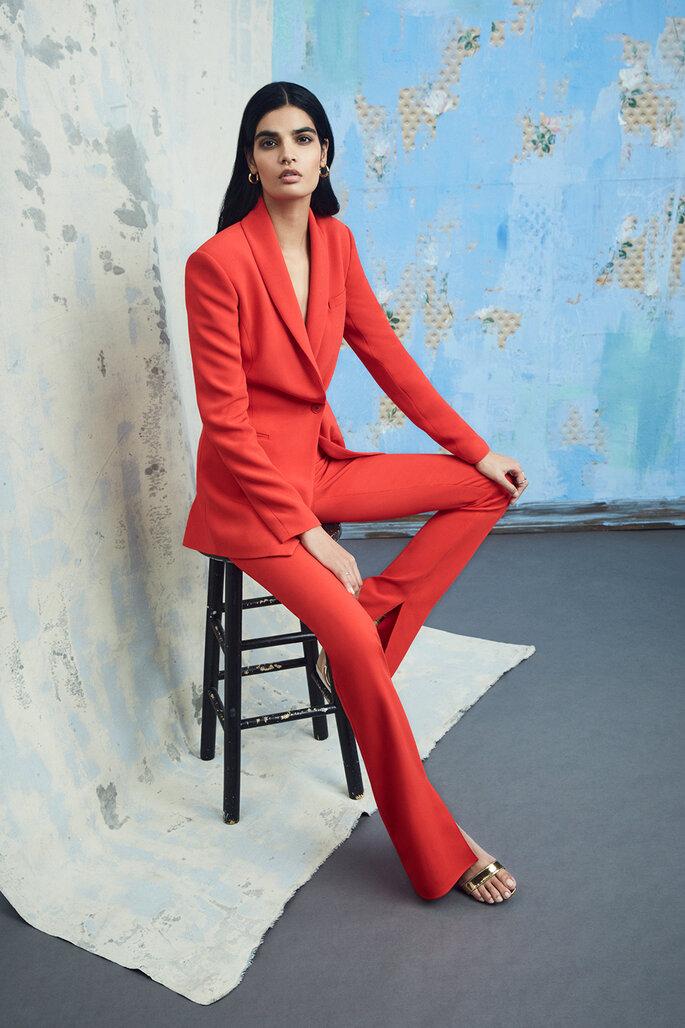 Traje para invitada en tono rojo con chaqueta cruzada