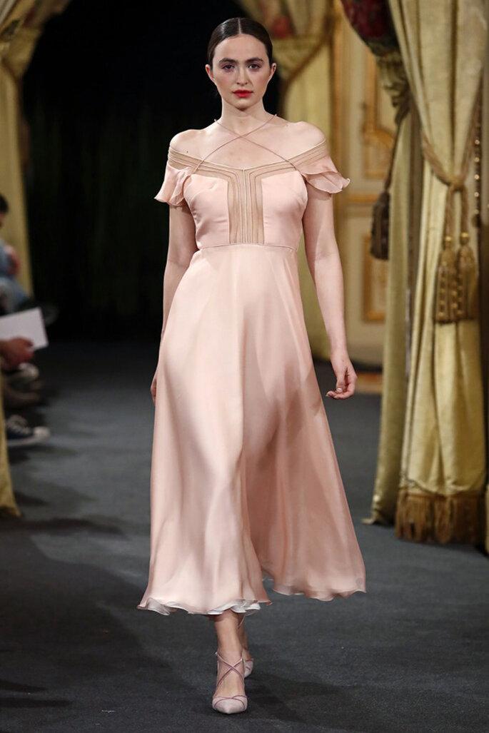 Vestido de novia corto en seda y tono palo de rosa con escote de hombro a hombro