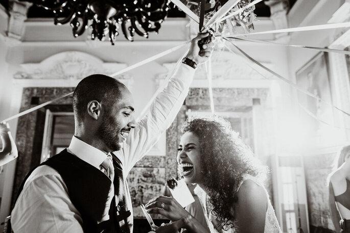 noivos felizes dia do casamento atirar bouquet