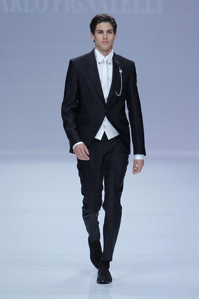 Traje clásico como traje de bodas de novio color negro con camisa blanca