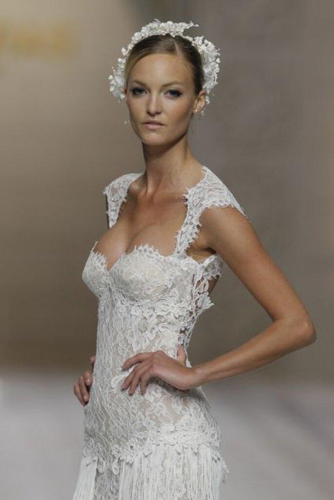 Encajes ceñidos y coronas de flores para un look de novia delicado y femenino. Foto: Pronovias
