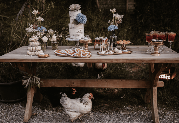 Sweet Table bayerische Hochzeit mit Nakes Cake Hochzeitstorte