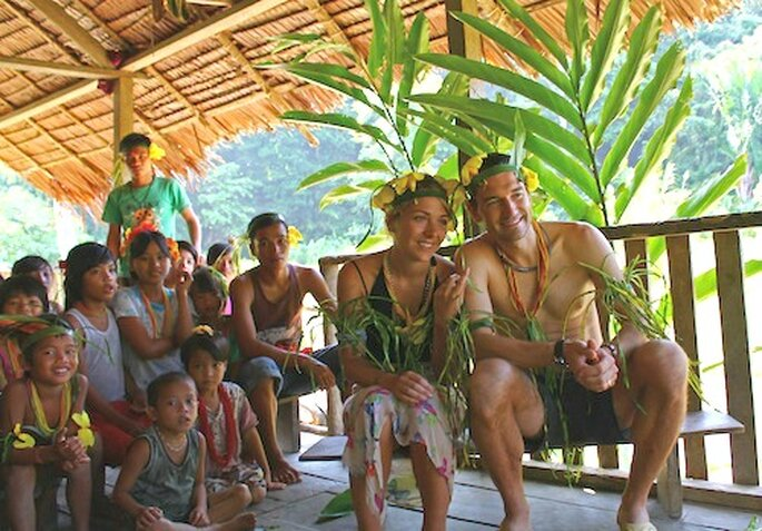 La pareja durante un momento de la ceremonia en Mentawai