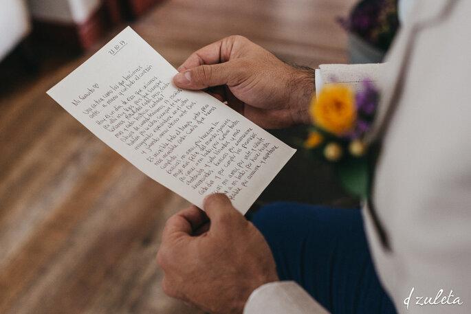 Novio sostiene y repasa discurso de boda