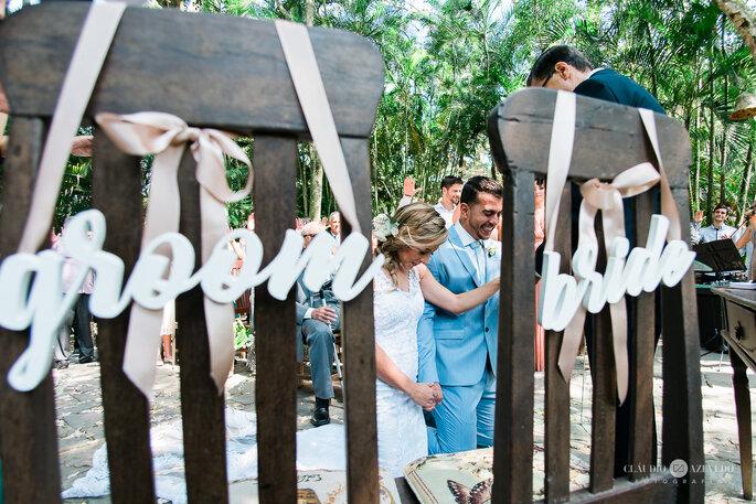 noivos ajoelhados para benção do casamento
