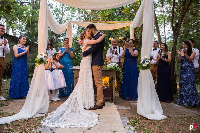 Beijo do casal no casamento