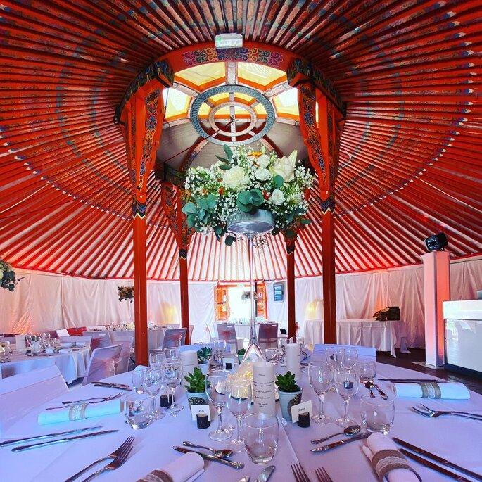 Espace de réception du Nomade Lodge décorée pour un mariage intimiste