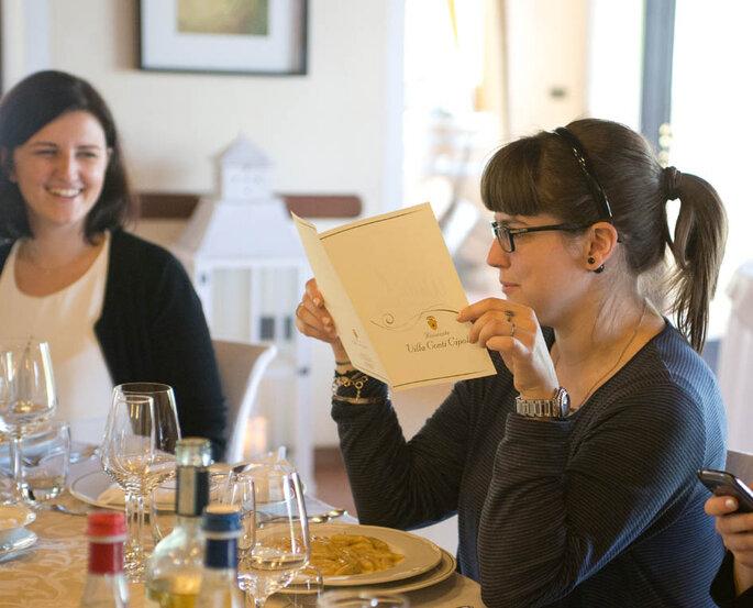Silvia e Francesca sbirciano il menù - Foto: Marilena Mura