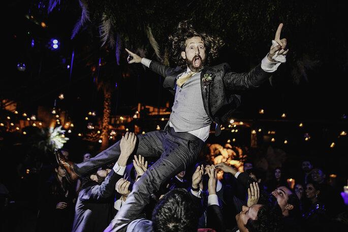Boda en Pátzcuaro el novio siendo cargado en la fiesta