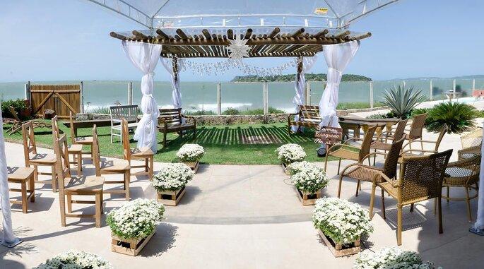 Lindo altar para casamento na praia