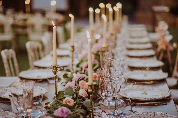 mesa decorada velas y flores