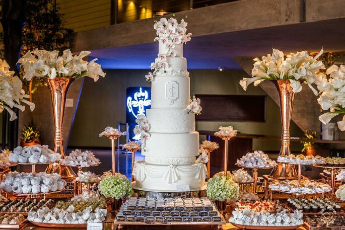 Branquinho básico tradicional rendado com topo de flores é o campeão na escolha das noivas