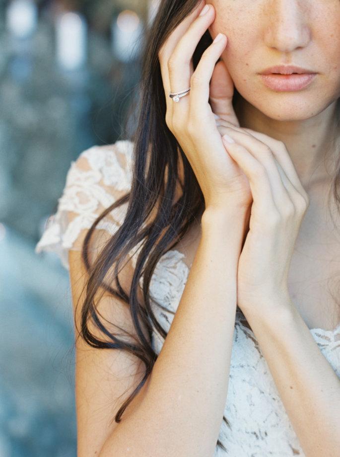 manos con anillo novia