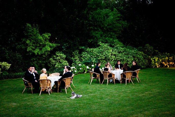 Célébration d'un mariage dans le parc du jardin de la Vigne de Paris Bagatelle où les invités sont attablés