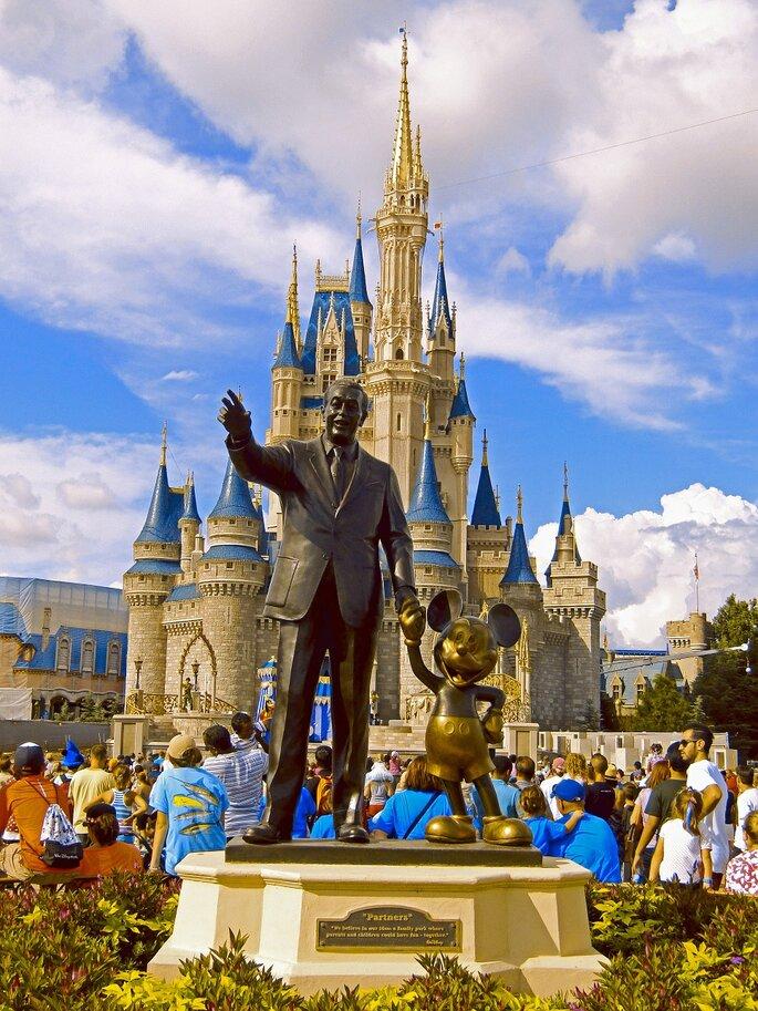 Disneyland Paris, statut de mickey avec un homme et château de princesse en arrière-plan