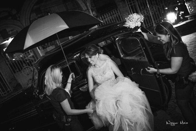 Equipe da Due Zuccoli auxilia a noiva na chegada da cerimônia