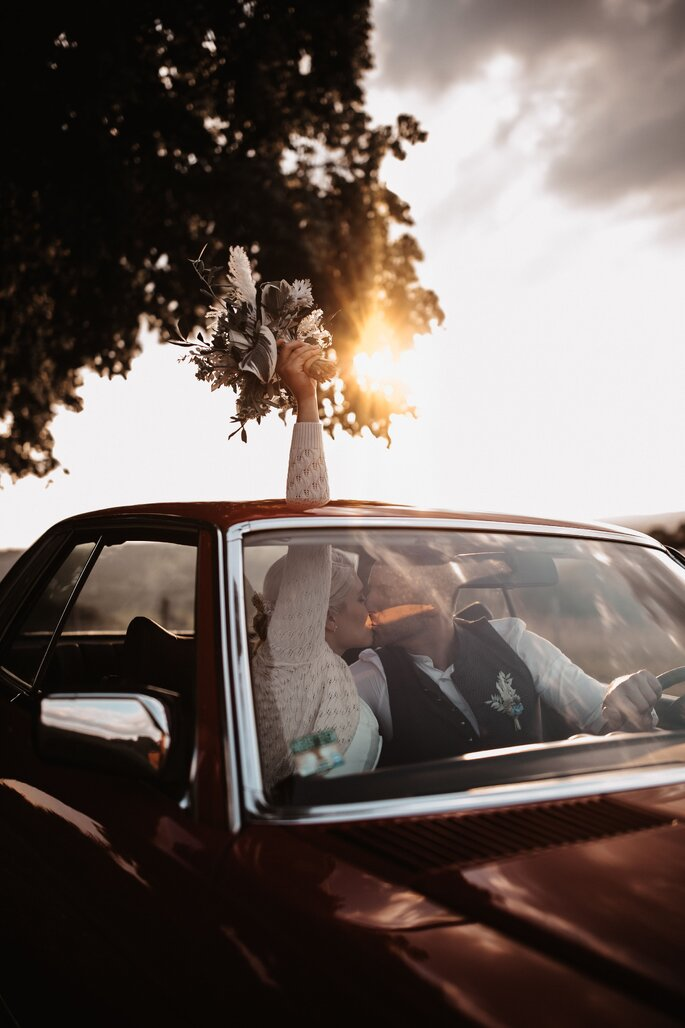 Brautpaar im Auto fahrend