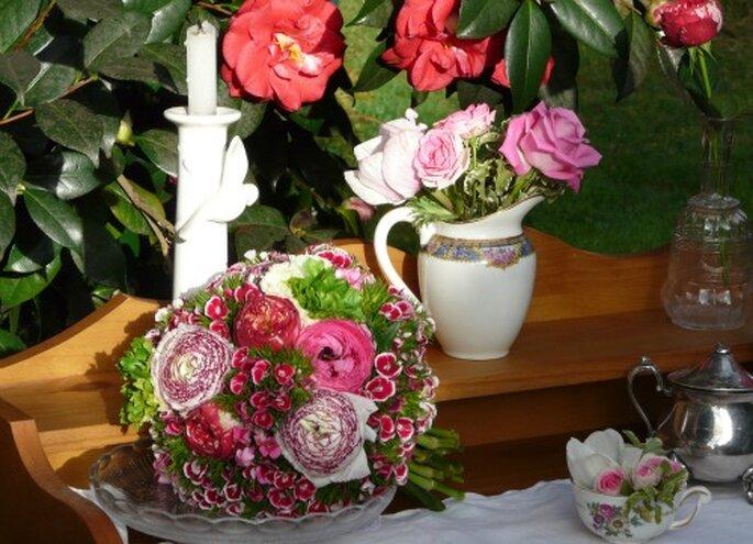 Décoration de mariage bohème : on mise sur les fleurs, la dentelle et la porcelaine - Crédit photo : Atelier déco'ps