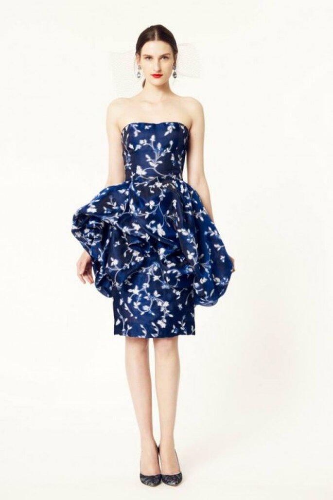 Vestido de fiesta 2014 en color azul con silueta peplum y estampados florales - Foto Oscar de la Renta