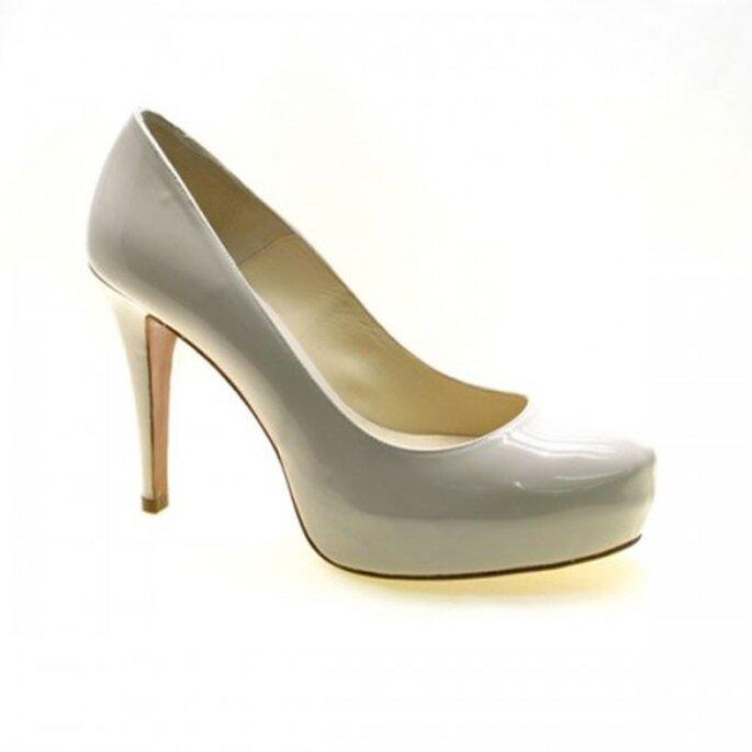 Zapatos de novia cerrados de vinil blanco - Foto Sacha London