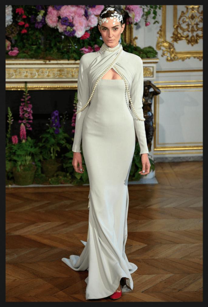 Vestido de novia alta costura con silueta recta, cauda barrida y bolero a juego - Foto Alexis Mabille