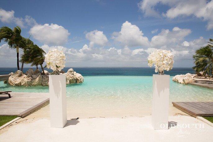 Un mariage va se dérouler sur une plage de sable blanc devant l'océan, sur une île caribéenne