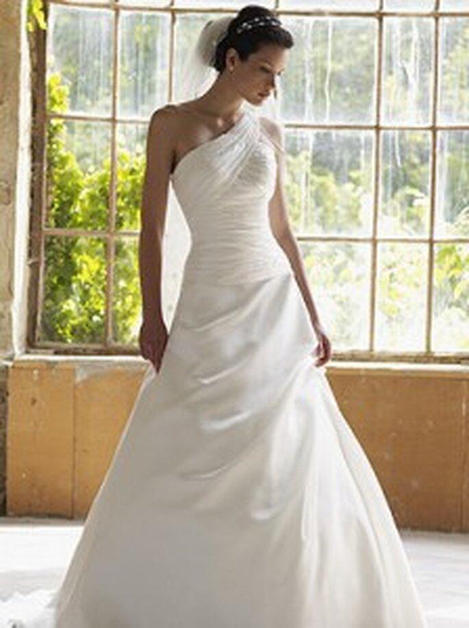 LILLY 2010, 3115 - Brautkleid aus Organza in A-Linie in Wickeloptik mit einer freien Schulter