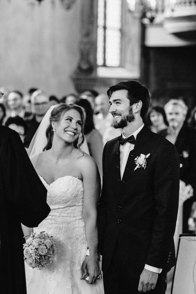 Trauung. Braut sieht Bräutigam verliebt während Trauung an