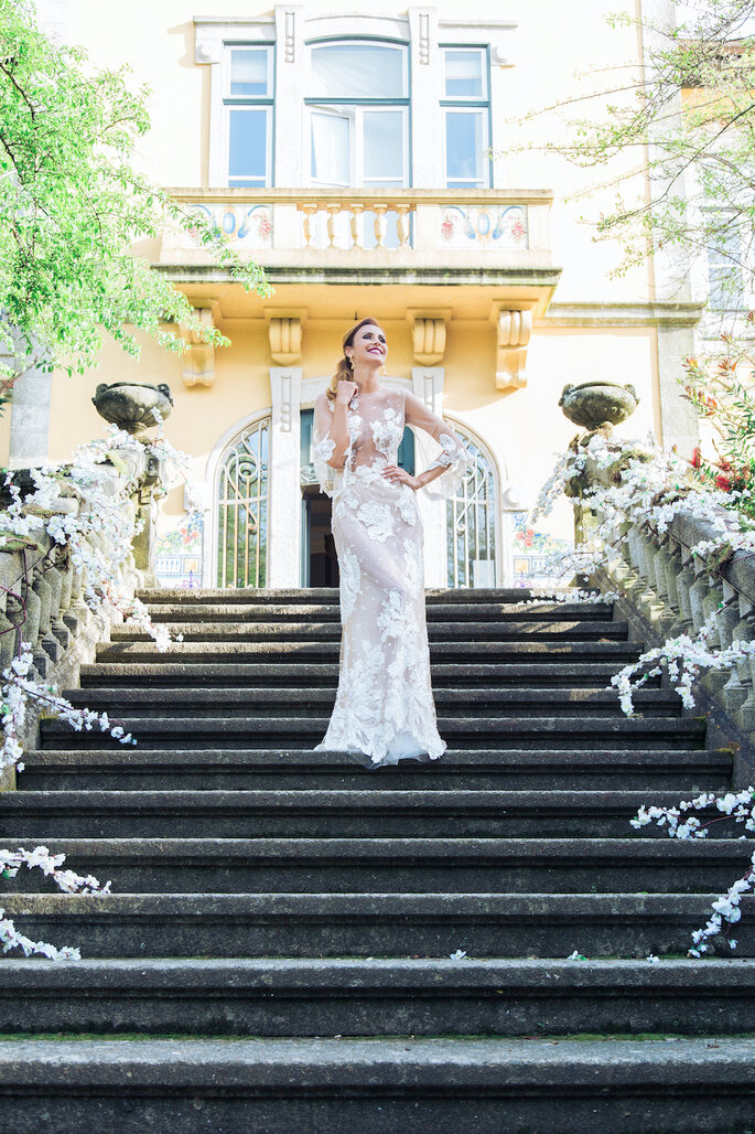 La mariée sur les marches de son lieu de réception, au Portugal.